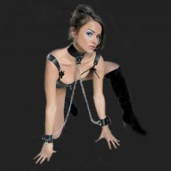 presentación del collar BDSM doble cadena y las esposas
