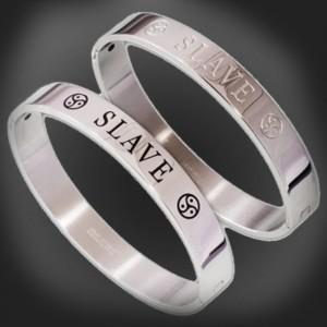 gioielli bracciale in acciaio bdsm - SLAVE con BDSM Triskel.