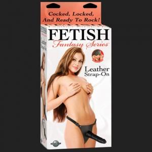 Fetish Fantasy CUERO Strap-on es un arnés para las mujeres de cuero y látex